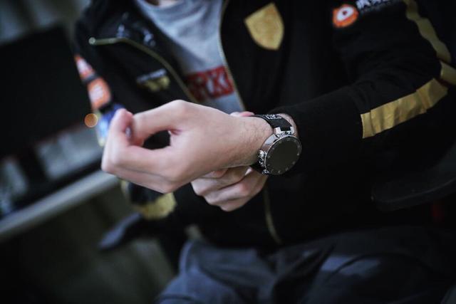 售乐卡盟:今年FPX的冠军值钱了!LV赠送每位选手一块定制手表!